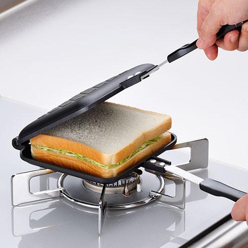 具材を挟んで片面1分半ずつ焼いて出来上がります。手軽にホットサンドが作れます。