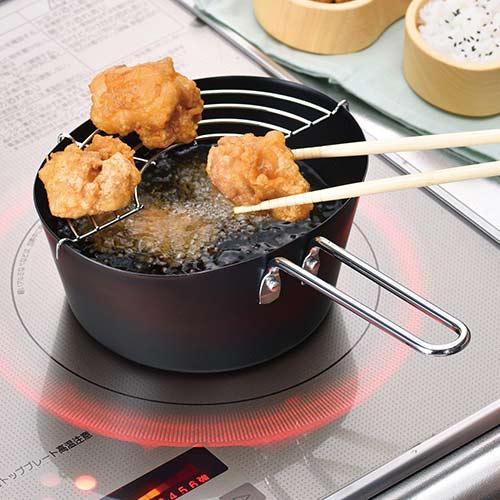 よこなが天ぷら鍋は油切りに便利なアミ付です