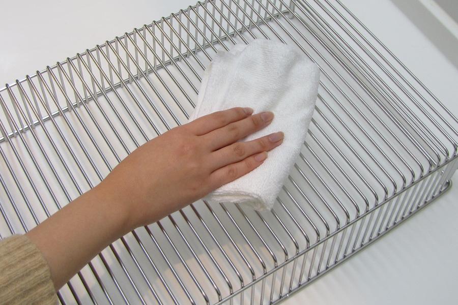 水切りかごの裏側も拭きます。