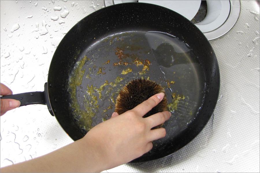 お湯とたわしを使って洗います。