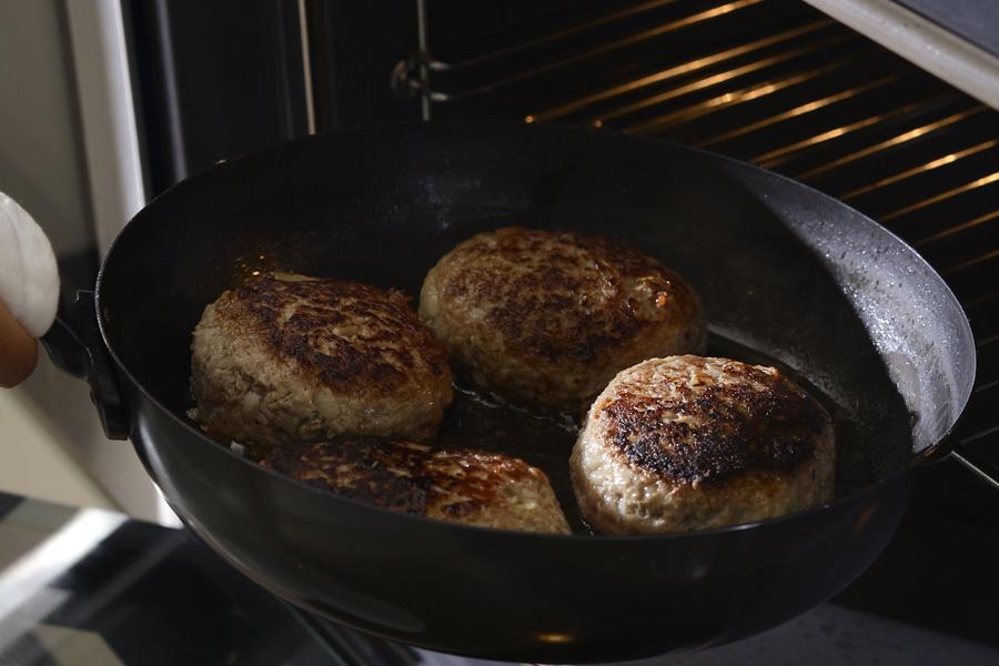 オーブンに入れて使えるように取っ手は短く鉄でできています。