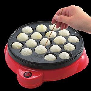 削ったお餅をたこ焼き器で焼くと、モチボールの完成