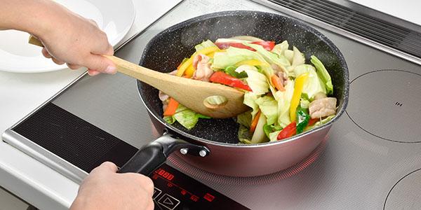 色々な料理に使えるお鍋のように深いフライパン メガフッカ
