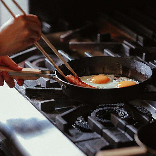 焼きに特化した鉄フライパン enzo