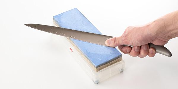 砥石に対して45度程度の角度で包丁の根元の部分を当てます