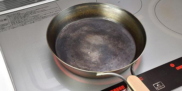 鉄のフライパンは余熱を十分にして下さい。