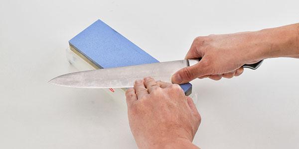 左手の指を添えて、砥石全体を使う様にして包丁を研ぎます