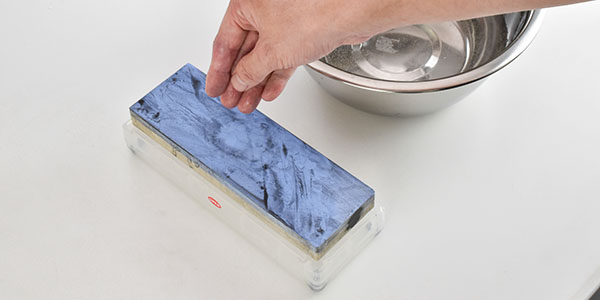 砥石の表面が乾いてきたら水をかけます