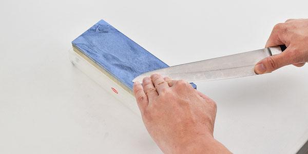 包丁の先端のカーブしている部分は細かく位置を変えながら研いで行きます