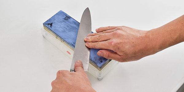包丁の裏面を研ぐ