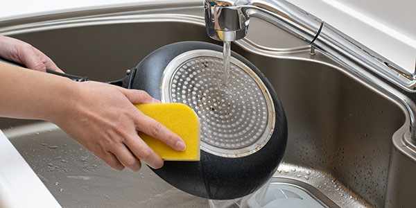 優しい洗い方でフライパンを長持ちさせましょう。